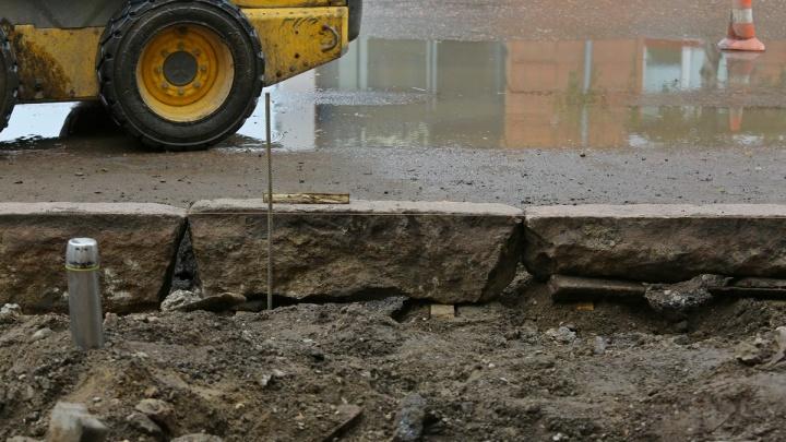 Счет на 2 млн рублей выставили ремонтникам улицы Белинского за бордюры с трещинами