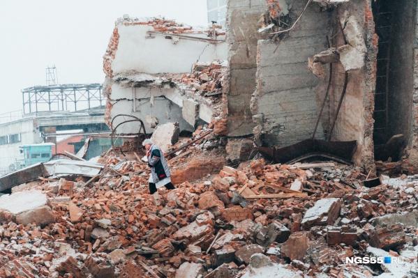 Последний из группы спасателей, медик скорой помощи, уходит с места происшествия