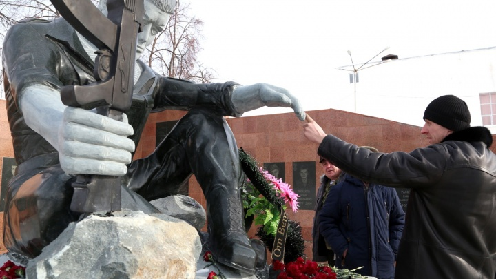 Профессионалы отказались: как скульптор с кладбища создал памятник афганцам в башкирском городке