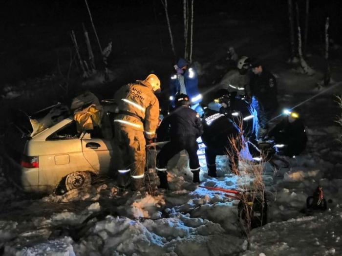 ВАЗ-2112 влетел в прицеп лесовоза и оказался полностью разбит. Погибших пришлось доставать с помощью специнструментов