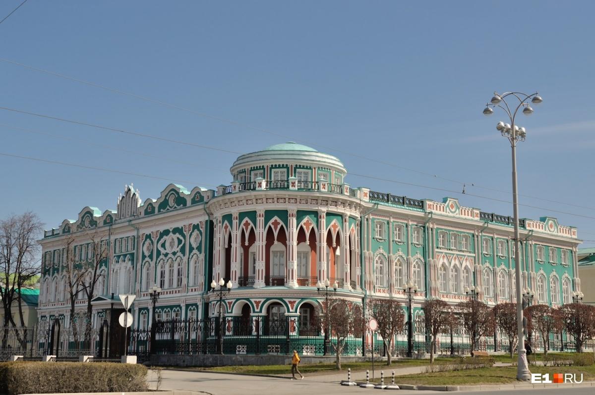 Дом Севастьянова действительно трудно не заметить