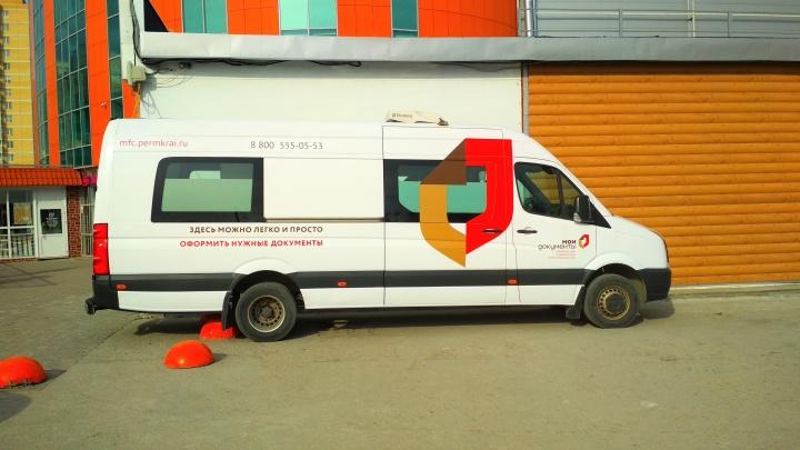 Два рабочих места и кондиционер: в Перми открылся первый офис МФЦ в микроавтобусе