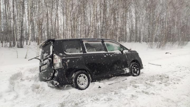 Последствия аварии на трассе под Новосибирском с двумя машинами: ДТП оказалось смертельным