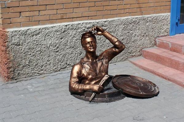 Художественный совет предложил убрать памятник сантехнику с улицы Дуси Ковальчук