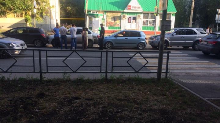 «Невеселый паровозик»: в Самаре на улице Мориса Тореза столкнулись четыре автомобиля