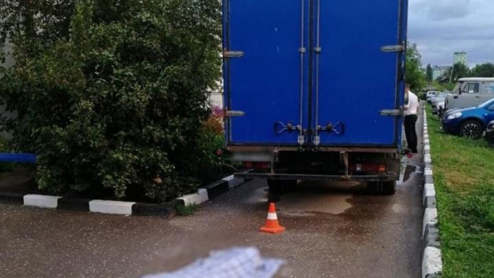 88-летняя фроловчанка погибла под колесами грузовика во дворе своего дома