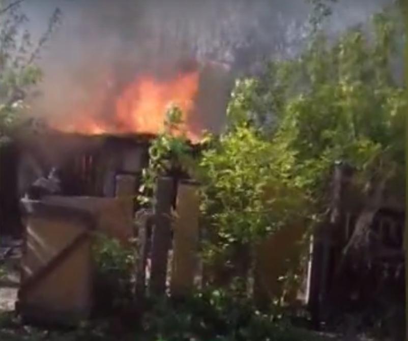 Пожар уничтожил дворовые постройки