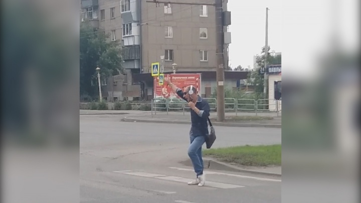 «Поймал ритм и пошёл»: челябинский Челентано зажигает на улицах под песню Жанны Фриске
