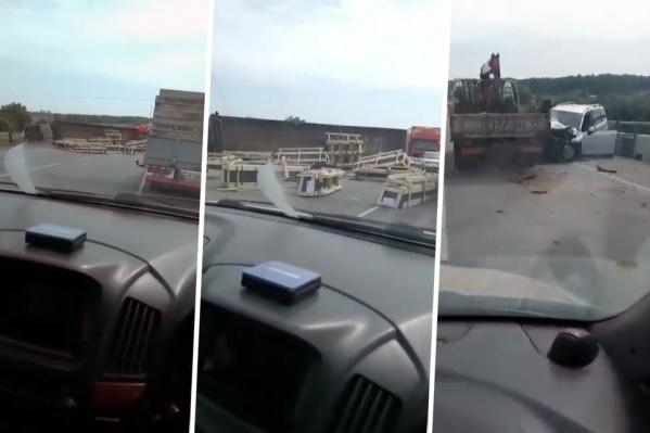 По информации очевидцев, фура перевернулась на автодороге и зацепила еще несколько автомобилей