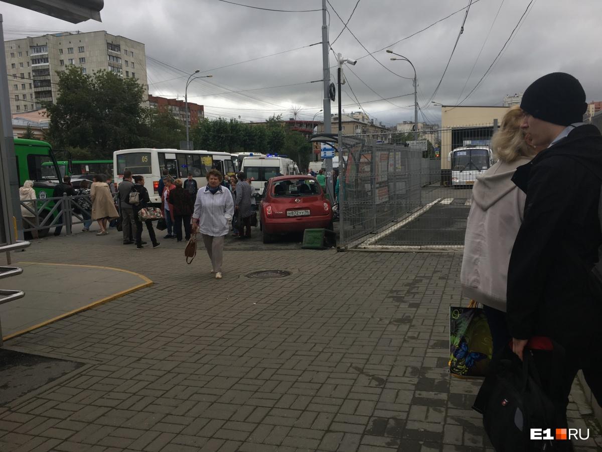 «Перепутала педали»: камеры сняли, как Nissan у Южного автовокзала влетел в остановку с людьми