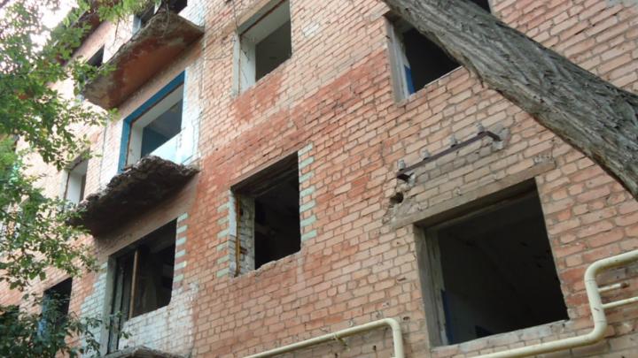 Таков закон: в Волгограде дважды горевший дом-призрак превратился в памятник бюрократии