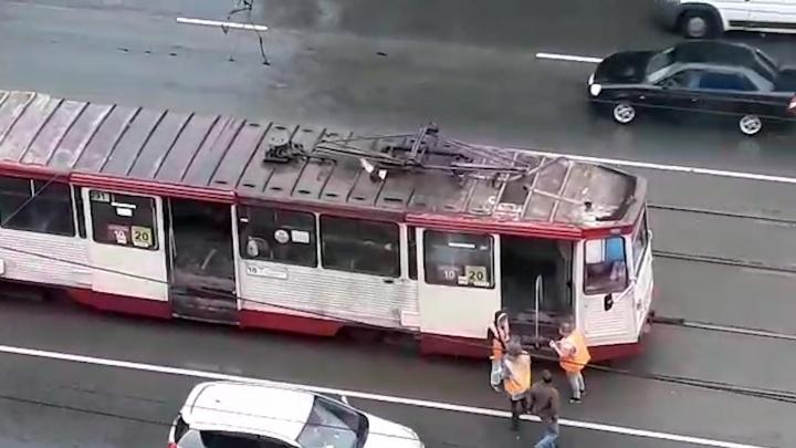 Вагон проблем: на улице Горького в Челябинске задымил трамвай