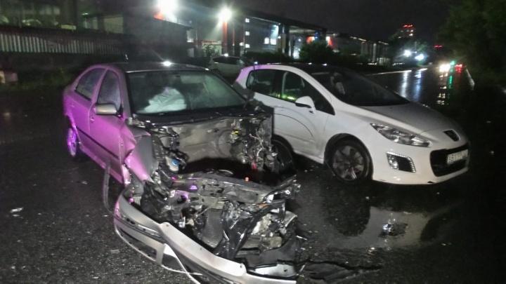 От сильного удара из машины вырвало двигатель: на Химмаше столкнулись Skoda и Ford
