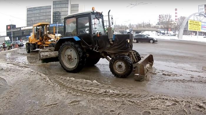 Техника убирала снежную кашу на площади Труда