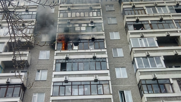 Огонь тушили с автолестниц: на Уралмаше пожар уничтожил квартиру на 6-м этаже