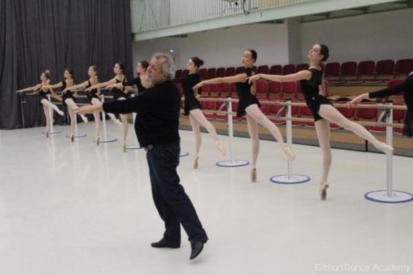 На фото сам Борис Эйфман присутствует на репетиции