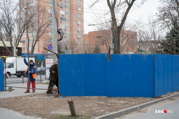 В ноябре рабочие установили забор вокруг территории, где появится будущий переход