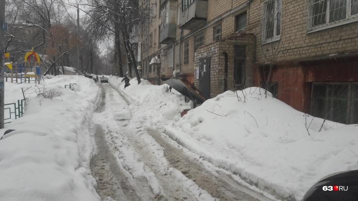 В Самаре снег, упавший с крыши, сломал подъезд жилого дома