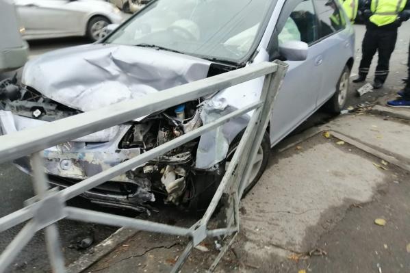 Девушка вылетела из машины через дверь и ударилась головой