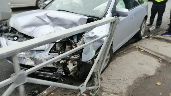 Пассажирка «Тойоты» вылетела из машины на дорогу после аварии возле «Телецентра»