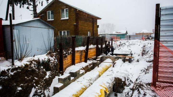 «Сваримся живьём»: жители домов рядом с Ударной обратились в прокуратуру из-за ремонта теплотрассы