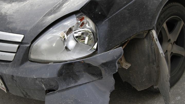 «Пострадали двое детей»: на трассе под Челябинском пьяный водитель влетел в электроопору