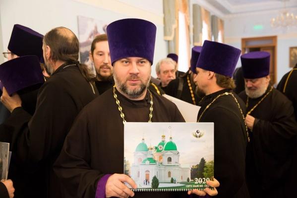 Омские священнослужители охотно фотографировались с календарём<br>
