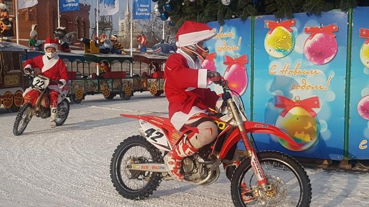 Хороводом на мотоциклах: Деды Морозы Волгограда накатали колею вокруг главной ёлки города