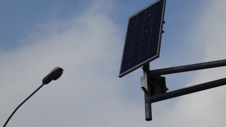 С пешеходных переходов в Екатеринбурге решили убрать солнечные батареи, от которых работают фонари