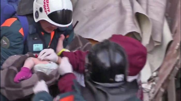 Ребенок спал в кроватке на четвертом этаже, когда подъезд дома рухнул