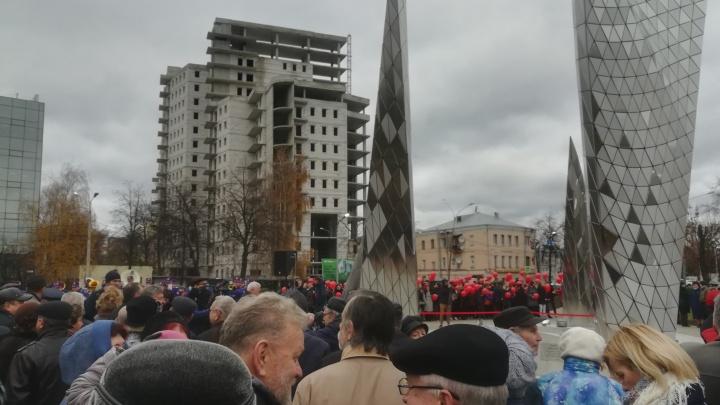 В Ярославле торжественно открыли памятник 100-летию ВЛКСМ