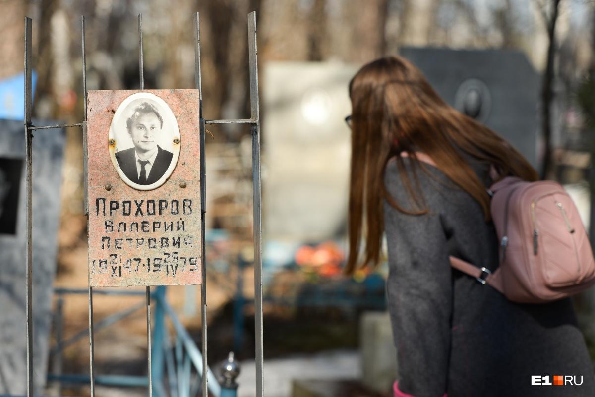 В секции, где похоронены жертвы сибирской язвы, нет никаких указателей. Но здесь довольно много могил с датой смерти — апрелем 1979 года. Возможно, это совпадение