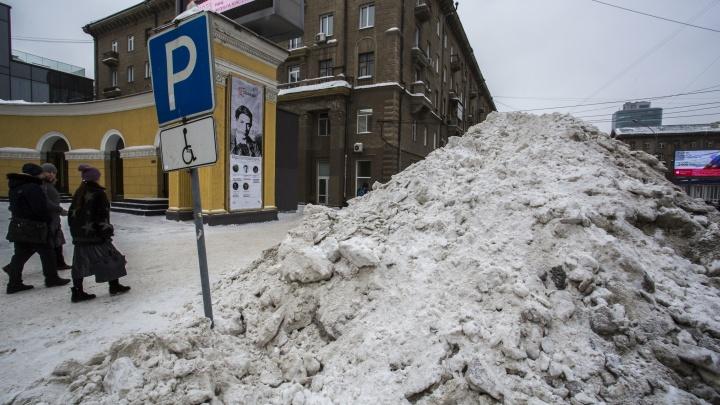 Парковку для инвалидов возле «Победы» засыпали горами снега