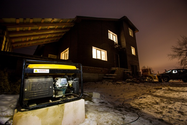 Чтобы вернуть в дом тепло, приходится заимствовать у соседей генератор