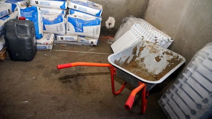 Управляющая компания переклеила обои в квартире омички после потопа
