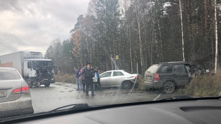 На ЕКАД большегруз выбил с дороги Toyota и внедорожник Kia: пострадали двое