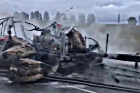 Видео: на трассе под Новосибирском полностью сгорела фура