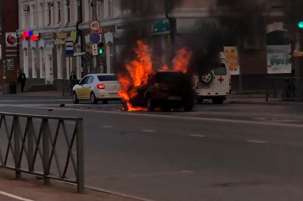 Горит автомобильRenault Sandero