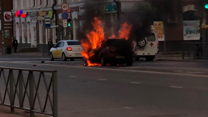 В центре Перми иномарка врезалась в такси и загорелась