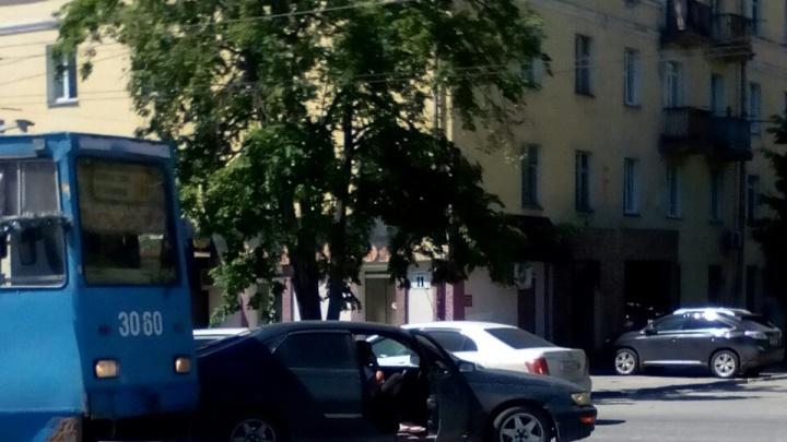 Водитель заблокировал трамвайные пути на Богдана Хмельницкого