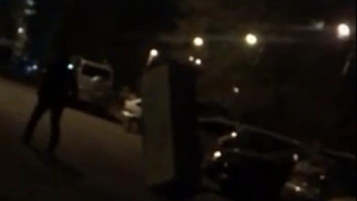 «С женой поругался, завтра помирится»: на вечернюю прогулку волгоградец прихватил диван — видео