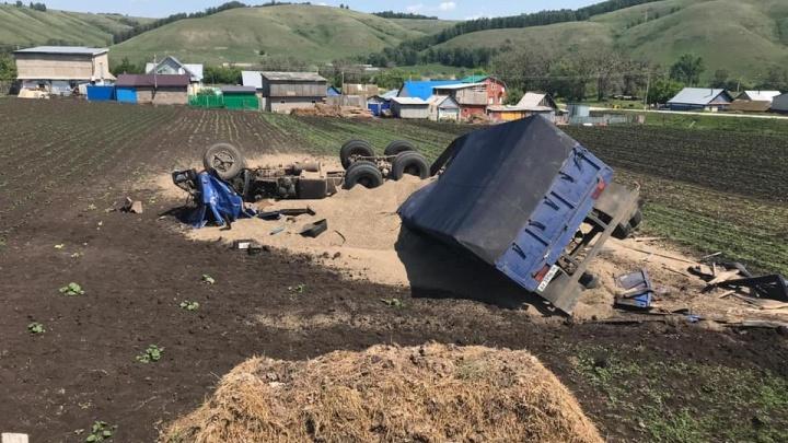 Грузовик с зерном улетел в кювет и опрокинулся: погиб водитель