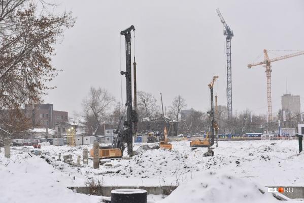Строители вбили уже почти 500 свай из 2400