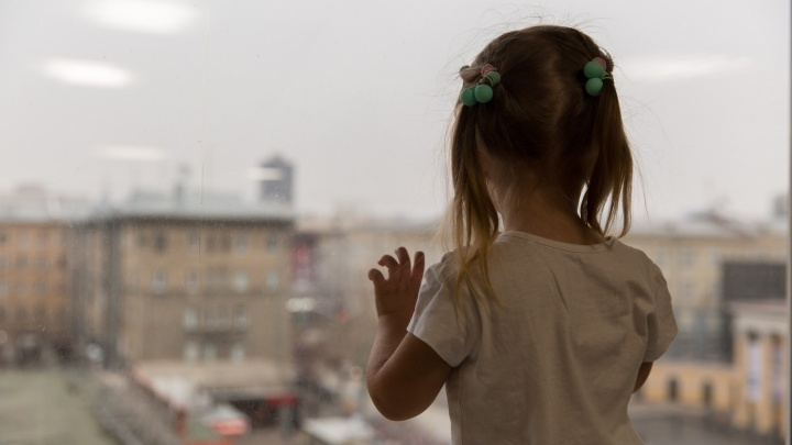 Облокотилась на москитную сетку: в Бердске из окна выпала пятилетняя девочка