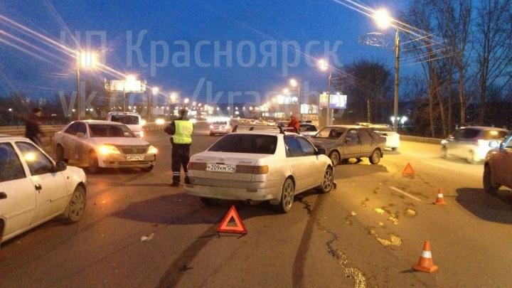 Почти все без ОСАГО: 4 машины столкнулись на Октябрьском мосту, есть пострадавший