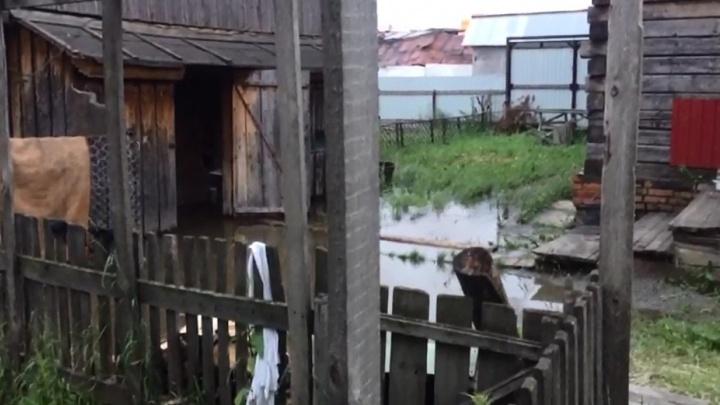 После дождя в Новосибирске затопило подвалы и погреба в домах частного сектора