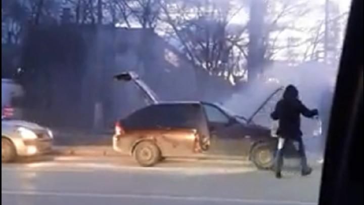 «Скорее всего, замкнуло проводку»: в Волгограде на ходу задымилась легковушка