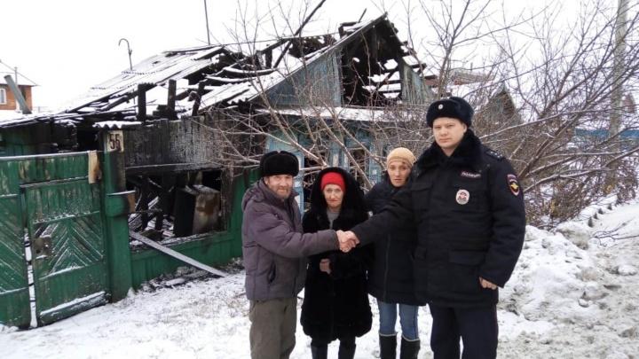 В Калачинске участковый спас из горящего дома 63-летнюю пенсионерку