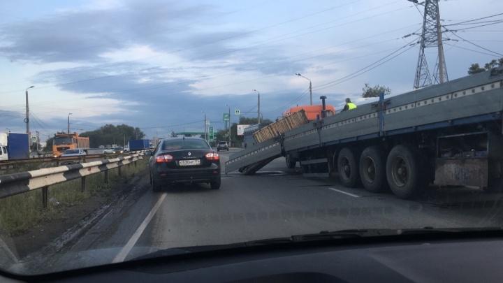 «Пробка безумная»: в Челябинске водитель КАМАЗа парализовал движение на крупной автодороге