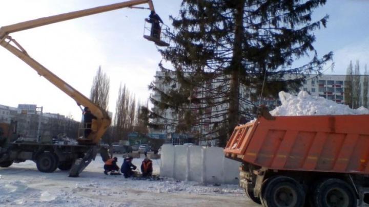 В Уфе у Дворца спорта демонтируют ледовый городок